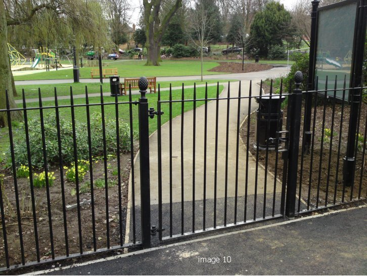 Vertical bar style single leaf gate