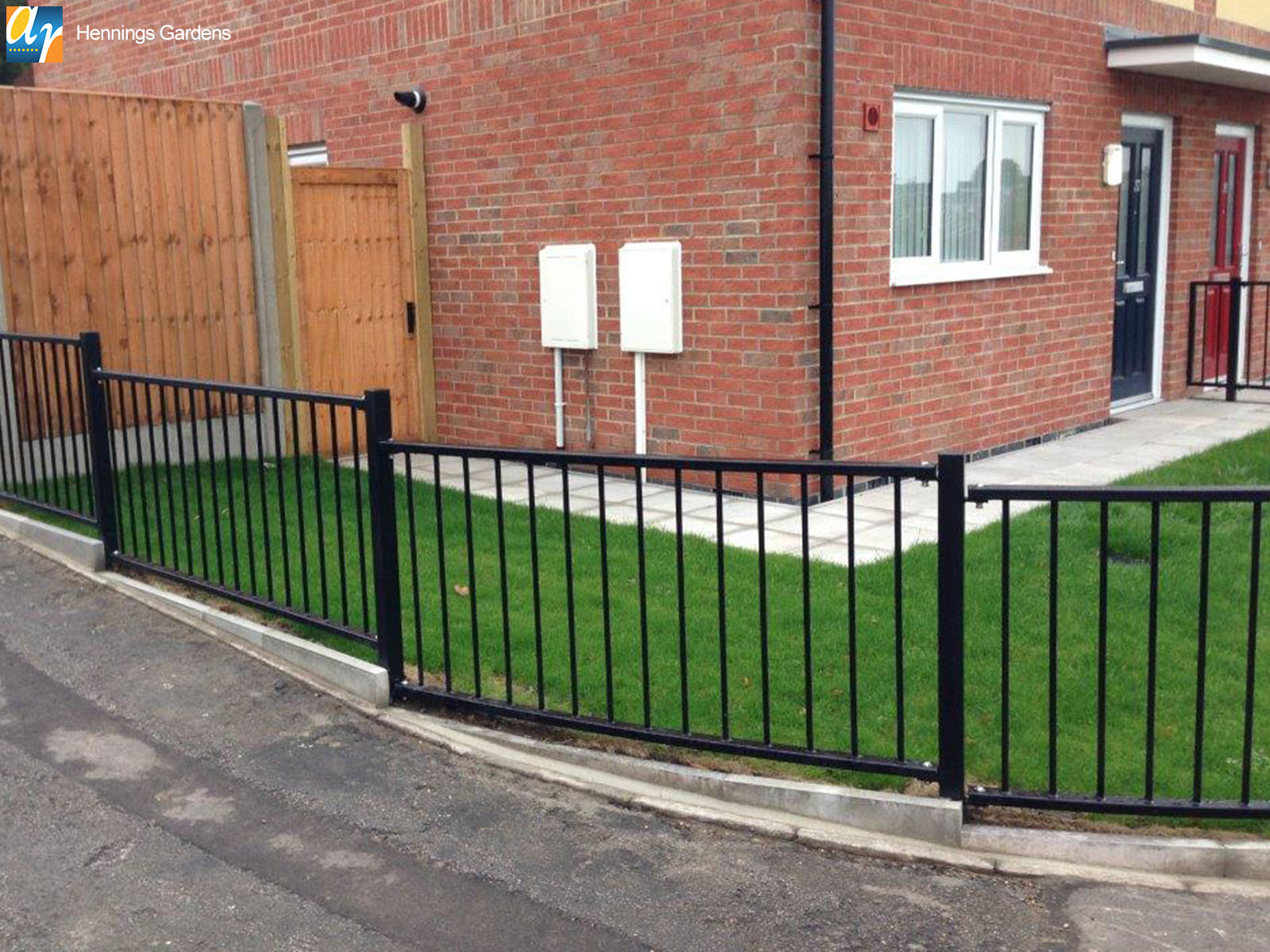 Hennings Gardens flat top metal railings